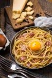 Макаронные изделия с беконом, яичком и сыром Стоковые Изображения RF