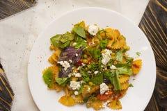 Макаронные изделия с зелеными горохами, травами и приправами, томатами вишни внутри стоковое фото
