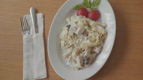 Макаронные изделия с макаронными изделиями мяса и томата с мясом в concepto кафа в итальянке Ветер спагетти конца-вверх Bolognese сток-видео