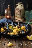Макаронные изделия с мидиями и соусом в сковороде Стоковое Фото