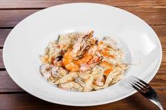 Макаронные изделия с морепродуктами, креветкой, мидиями, осьминогом, устрицами, andPasta трав с морепродуктами, креветкой, мидиям стоковое фото