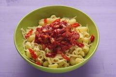 Макаронные изделия с томатной пастой, сыр и Чили перчат Стоковое Фото