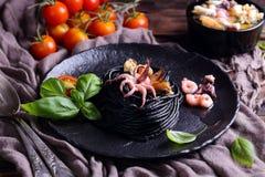 Макаронные изделия с чернилами и морепродуктами каракатиц стоковая фотография