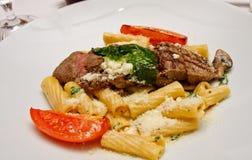 макаронные изделия тарелки говядины Стоковая Фотография RF