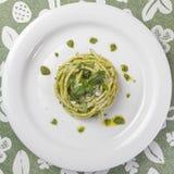 Макаронные изделия Bucatini спагетти с соусом песто и пармезаном от одичалого чеснока стоковая фотография rf