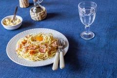 Макаронные изделия Carbonara на голубой предпосылке Итальянская кухня стоковое изображение