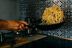 Макаронные изделия Carbonara Linguine летания в подготовке сковороды Стоковое фото RF