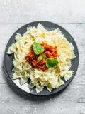 Макаронные изделия Farfalle с Bolognese листьями соуса и мяты стоковое фото
