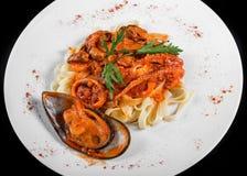 Макаронные изделия Fettuccine с морепродуктами, мидиями, осьминогом, устрицами, томатным соусом стоковые фотографии rf