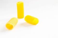Макаронные изделия в форме крупного плана трубок на белизне Стоковое Фото