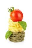 Макаронные изделия гнездя Fettuccine с вишней и базиликом томата Стоковые Изображения