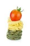 Макаронные изделия гнездя Fettuccine с вишней томата Стоковые Фото
