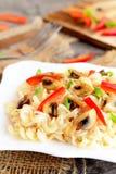 Макаронные изделия гриба с овощами на плите Вегетарианский рецепт Домодельная здоровая еда closeup Стоковое фото RF