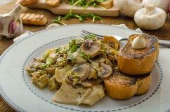 Макаронные изделия гриба, лук-порея и астрагона Стоковые Фото