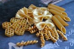 Макаронные изделия золота декоративные, предпосылка, текстура Стоковое Фото
