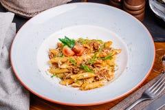 Макаронные изделия морск с семенить мясом на деревянной таблице Стоковые Фото