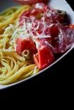 Макаронные изделия от твердой пшеницы, взбрызнутой с заскрежетанным сыр пармесаном С томатами аппетитно очень стоковое изображение rf