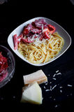 Макаронные изделия от твердой пшеницы, взбрызнутой с заскрежетанным сыр пармесаном С томатами аппетитно очень стоковые фотографии rf