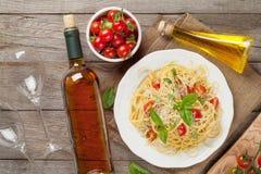 Макаронные изделия спагетти и и белое вино Стоковая Фотография RF