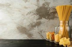 Макаронные изделия спагетти крупного плана на черной древесине Стоковые Изображения