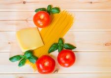 Макаронные изделия спагетти с свежими томатами и сыр пармесаном Стоковые Изображения RF