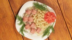 Макаронные изделия с сосисками Творческая идея искусства еды для взгляд сверху еды детей видеоматериал