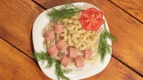 Макаронные изделия с сосисками Творческая идея искусства еды для взгляд сверху еды детей сток-видео