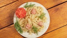 Макаронные изделия с сосисками Творческая идея искусства еды для взгляд сверху еды детей акции видеоматериалы