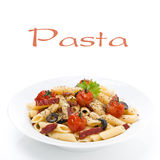 Макаронные изделия с сосиской, томатами вишни и оливками на плите Стоковое Изображение RF
