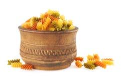 Макаронные изделия Fusilli итальянские в деревянном шаре стоковые изображения