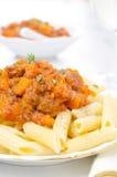 Макаронные изделия Penne с соусом крупного плана говядины, томата и тыквы Стоковое Изображение