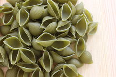 Макаронные изделия Tricolors, итальянские макаронные изделия, регулярн макаронные изделия, мини макаронные изделия раковин, Стоковая Фотография RF