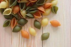 Макаронные изделия Tricolors, итальянские макаронные изделия, регулярн макаронные изделия, мини макаронные изделия раковин, Стоковые Изображения