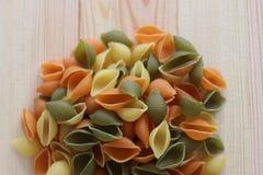 Макаронные изделия Tricolors, итальянские макаронные изделия, регулярн макаронные изделия, мини макаронные изделия раковин, Стоковое фото RF