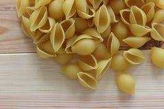 Макаронные изделия Tricolors, итальянские макаронные изделия, регулярн макаронные изделия, мини макаронные изделия раковин, Стоковое Изображение RF
