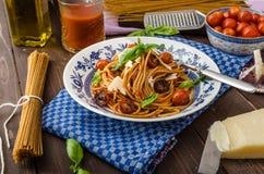 Макаронные изделия Wholemeal с зажаренным в духовке томатом стоковые фото
