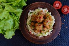 Макаронные изделия & x28; spaghetti& x29; с шариками мяса в шаре глины на темной предпосылке Стоковые Фото