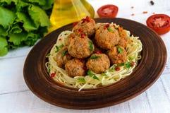 Макаронные изделия & x28; spaghetti& x29; с шариками мяса в шаре глины на темной предпосылке Стоковое Изображение RF
