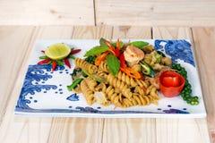 Макарон зажарила с пряными морепродуктами (креветка и кальмар) на деревянном b Стоковое Изображение