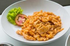 Макарон и томатный соус при мясо цыпленка украшенное с scall Стоковые Изображения