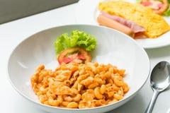 Макарон и томатный соус при мясо цыпленка украшенное с scall Стоковое Изображение RF