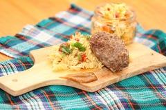 Макарон с салатом котлеты и капусты Стоковое Фото
