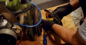 Макинтош механика обслуживая катит внутри гараж 4k сток-видео
