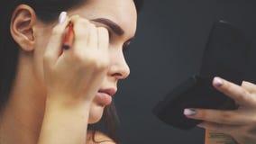 Макияж в процессе Женский портрет изолированный на черноте Макияж моды, косметика Девушка с макияжем, красные губы : видеоматериал