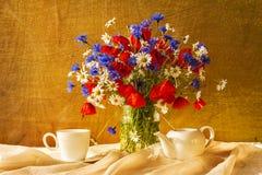 Маки cornflowers camomiles букета натюрморта стоковые фото
