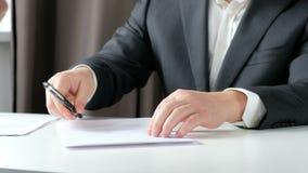 Маклер по операциям с недвижимостью и клиент тряся руки после подписания контракта: недвижимость, концепция ипотечного кредита ко видеоматериал