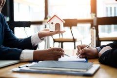 Маклер по операциям с недвижимостью объясняет вклад контракта перед подписанием жилого массива контракта в офисе концепция контра стоковое изображение