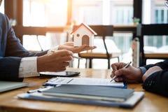 Маклер по операциям с недвижимостью объясняет вклад контракта перед подписанием жилого массива контракта в офисе концепция контра стоковые изображения
