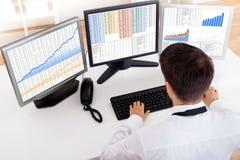 Маклер штока торгуя в рынке тенденцией к повышению курсов Стоковые Изображения RF