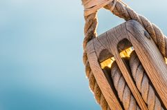 Макрос веревочек деревянного острословия шкива морских традиционного парусника Стоковое Фото
